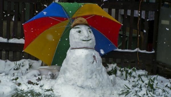 Faut-il laisser son parasol déporté dehors en hiver?