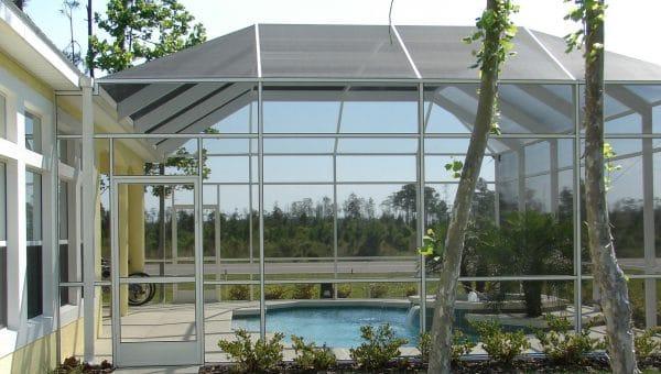 Bien choisir le vitrage de son abri de piscine